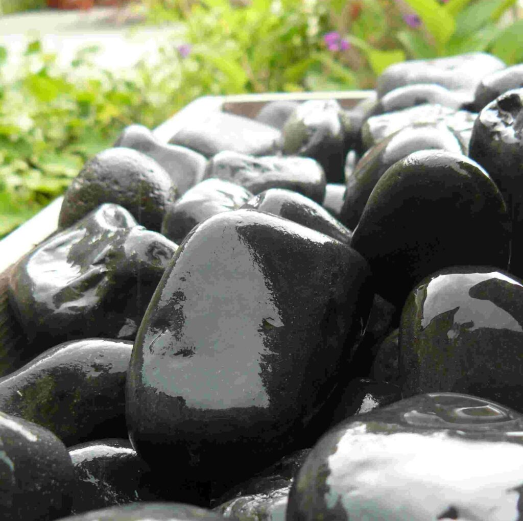 Foras natural black pebbles to dress water features and gabions
