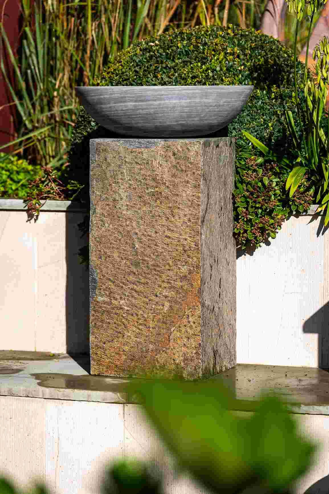 Surmi Plinth